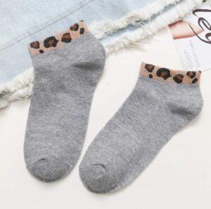 Korte sokken met leopard print 4 varianten lichtgrijs